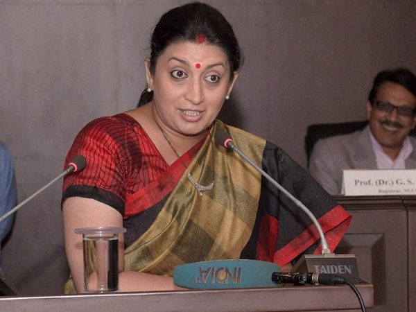 Youth Congress Leaders Show Black Flags To Smriti Irani For Remarks Against Sonia Gan