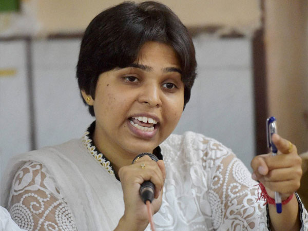 Trupti Desai Visits Haji Ali Urges Trust Not Move Supreme