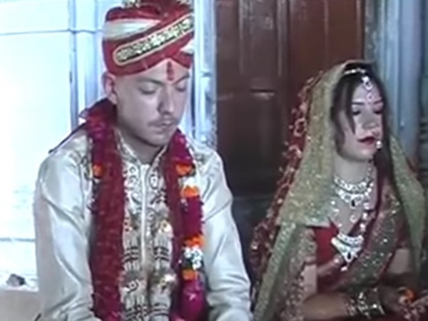 swedish-couple-ties-knot-hindu-varanasi