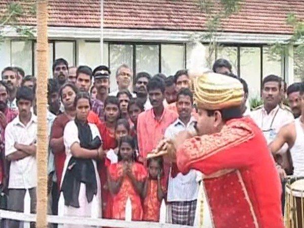 ഗുജറാത്ത് നിയമസഭാ തിരഞ്ഞെടുപ്പ്:  മോദിയ്ക്ക് മുമ്പേ   പ്രചാരണത്തിന് മാന്ത്രികരെത്തും