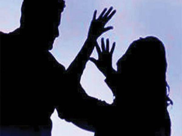 ഭര്തൃമതിയെ ഭീഷണിപ്പെടുത്തി ഫോട്ടോ മൊബൈല് ഫോണില് പകര്ത്തി പണം ആവശ്യപ്പെട്ടതിന് മൂന്നുപേര്ക്കെതിരെ കേസ്