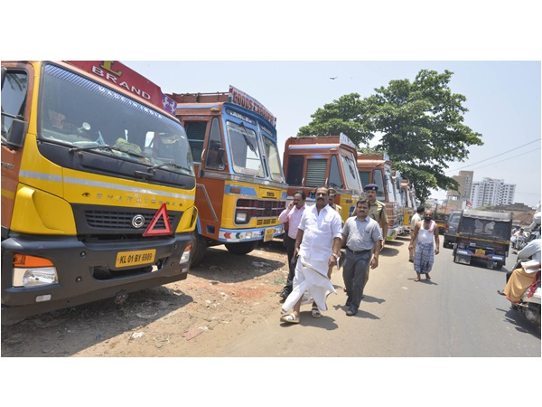 Kozhikode Lorry Stand Will Shift From Beach Traffic Team Visits The Place