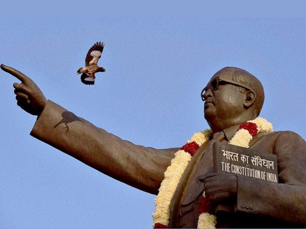 പ്രതിമയിലും കാവിരാഷ്ട്രീയം.... അംബേദ്കര്ക്ക് പകരം ദീന്ദയാല് ഉപാധ്യായ!! യോഗിക്കെതിരെ ദളിതുകള്!!