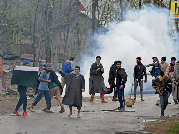 Stone Pelting Attack Against Tourists Jammu Kashmir One Died Many Injured