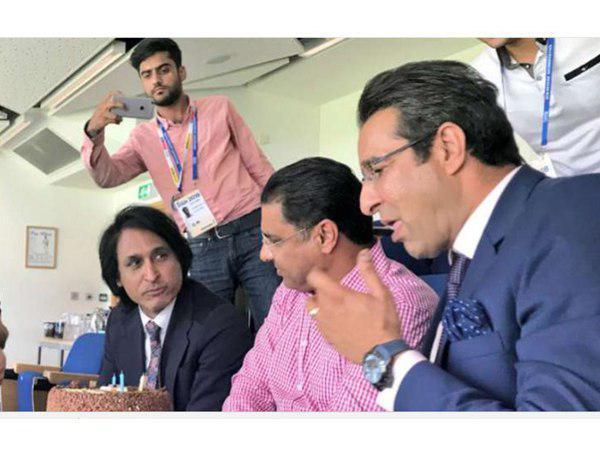 Waqar Younis Blasted For Cutting Wasim Akram S Birthday Cake Says Sorry