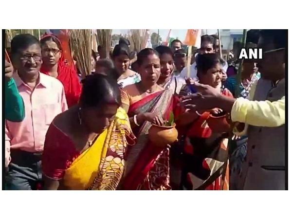 ബിജെപി റാലി നടത്തിയ പ്രദേശം ഗംഗാ ജലവും ചാണകവും കൊണ്ട് ശുദ്ധീകരിച്ച് തൃണമൂൽ പ്രവർത്തകർ