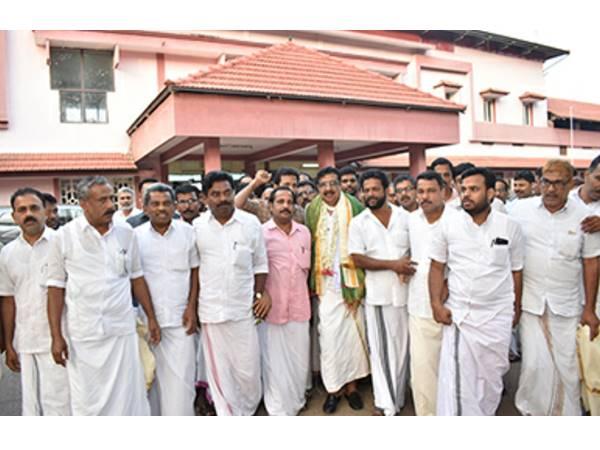 11 ദിവസം സത്യഗ്രഹ സമരം നടത്തിയ പാറക്കല് അബ്ദുല്ല എം.എല്.എക്ക് റെയില്വേ സ്റ്റേഷനില് സ്വീകരണം നൽകി