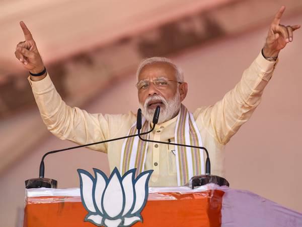 വോട്ടിംഗ് റെക്കോര്ഡ് നമ്പറിലെത്തിക്കണമെന്ന് വോട്ടര്മാരോട് ആഹ്വാനം: അമ്മയുടെ അനുഗ്രഹം വാങ്ങി മോദി