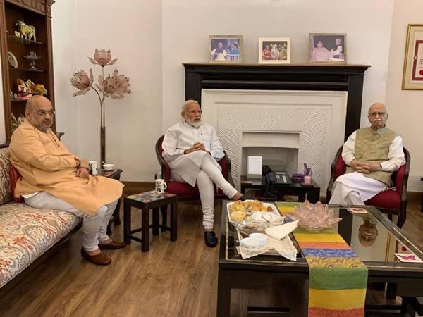 തിരഞ്ഞെടുപ്പില് മാര്ഗദര്ശിയായതില് നന്ദി അറിയിച്ച് അദ്വാനിയുടെ വസതിയില് പ്രധാനമന്ത്രി നരേന്ദ്ര മോദി