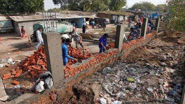 ഡൊണാള്ഡ് ട്രംപിന്റെ ഇന്ത്യാ സന്ദര്ശനം: ഗുജറാത്തില് തിരക്കിട്ട് ചേരികള് ഒഴിപ്പിക്കല്