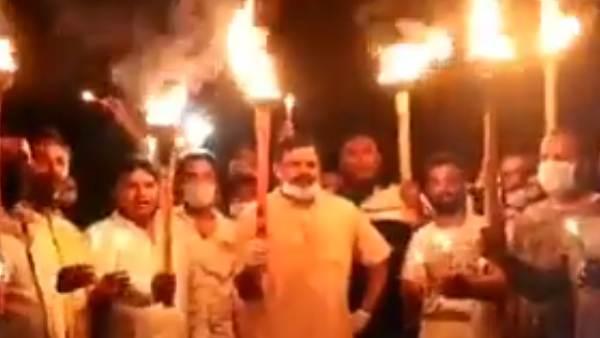 'ഗോ ബാക്ക് ഗോ ബാക്ക്, ചൈനീസ് വൈറസ് ഗോ ബാക്ക്'! ബിജെപി എംഎൽഎയുടെ പന്തം കൊളുത്തി പ്രകടനം വൈറൽ!