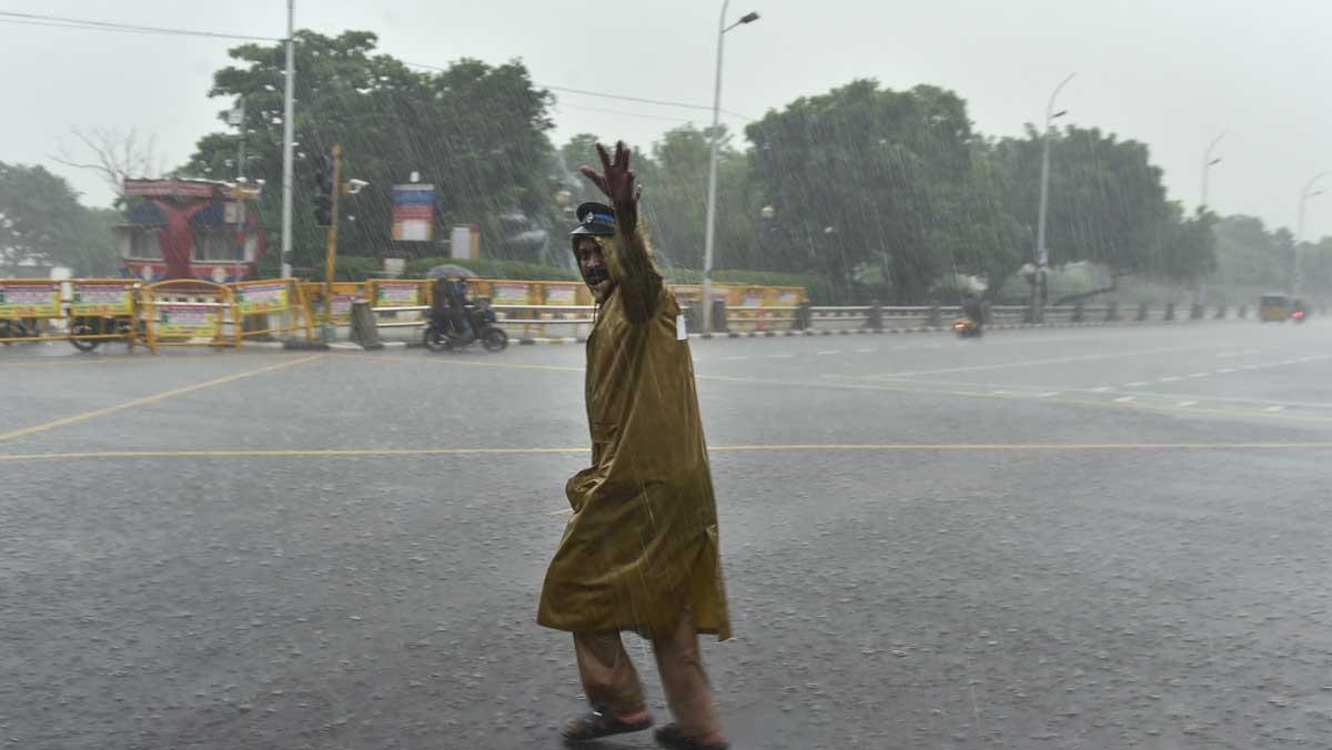 നിവാർ: ഇന്ന് അര്ദ്ധരാത്രിയോടെ പുതുച്ചേരി തീരം തൊടും, തമിഴ്നാട്ടിലെ 13 ജില്ലകളിൽ നാളെയും അവധി
