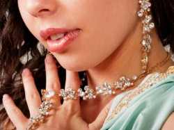 Year Old Girl Steals Dh17m Diamond Necklace