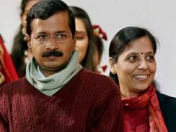 Arvind Kejriwals Wife Sunita Attacks Kapil Mishra Twitter