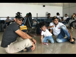 Ipl 2017 Ms Dhoni Plays With Imran Tahir S Son At Airport Rising Pune Supergiant