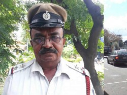 Bengaluru Traffic Police Cop Stops Presidents Convoy To Make Way For Ambulance