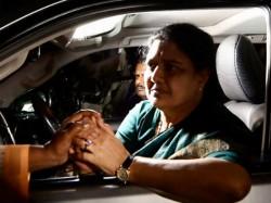 Aiadmk Seeks Media Gag On Karnataka Cop Who Exposed Sasikalas Special Treatment In Prison