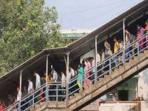 കൊല്ക്കത്തയിലെ ഹൗറ സ്റ്റേഷനില് തിക്കിലും തിരക്കിലും രണ്ട് മരണം.... 20 പേര്ക്ക് പരുക്ക്!!